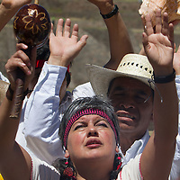 Tenango del Valle, Mexico.- Jefes supremos de las etnias asentadas en la entidad participan en la ceremonia del Encendido del Fuego Nuevo, realizando en lo alto de la piramide principal de la zona arqueologica de Teotenango, rituales que permiten la apertura del cosmos, pidiendo permiso a los cuatro puntos cardinales y rindiendo tributo a los elementos basicos de vida: Aire, Fuego, Tierra y Agua; durante la ceremonia de clausura del Festival del Quinto Sol. Agencia MVT / Mario Vazquez de la Torre.