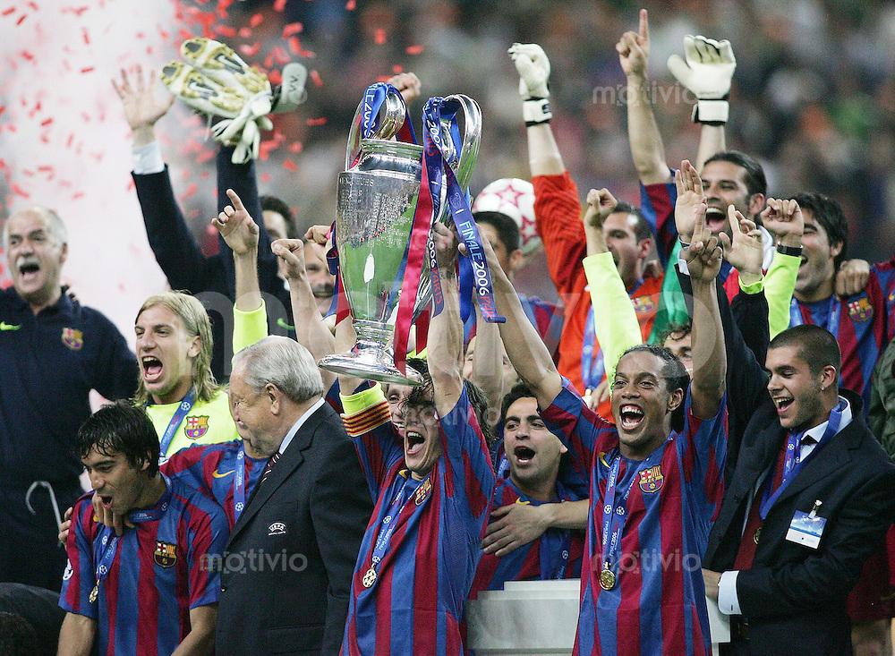 Fussball International Champions League Finale  Saison 2005/2006 FC Barcelona - Arsenal London               Teamjubel FC Barcelona mit dem Champions League Pokal