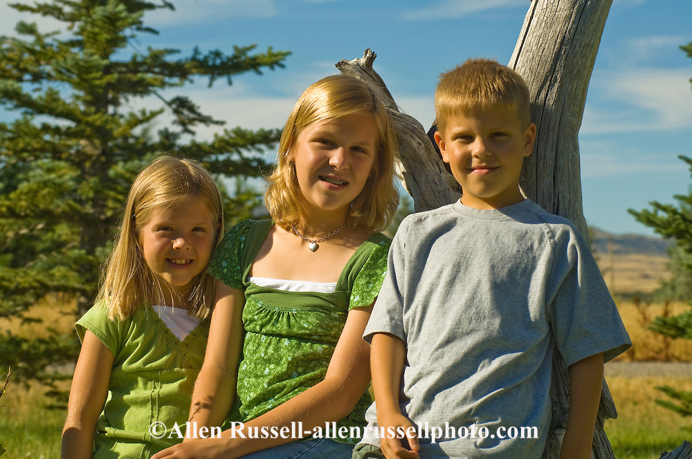 Siblings, teenage girl and twin brother and sister, <br /> MODEL RELEASED