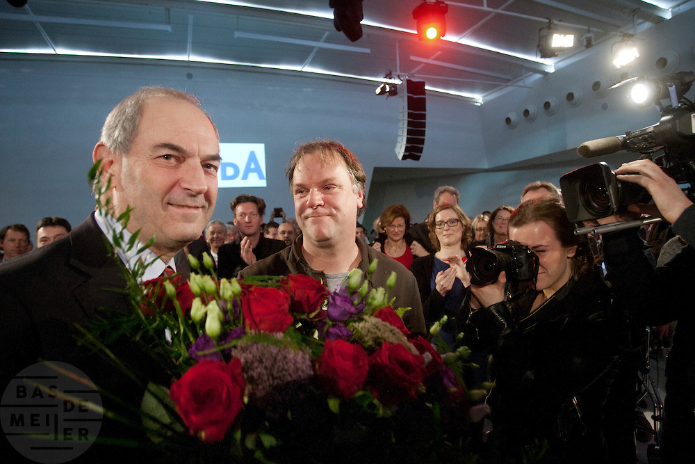 Job Cohen krijgt bloemenvan partijvoorzitter Hans Spekman. In Utrecht wordt een speciale ledenraad van de PvdA gehouden. Tijdens de vergadering wordt gesproken over het afscheid van Job Cohen en over de toekomst van de partij.<br /> <br /> Former leader Job Cohen receives flowers from chairman Hans Spekman. In Utrecht, a special council of the PvdA (Dutch Labour Party) is held . During the meeting the members discussed the departure of Job Cohen as leader and the future of the party