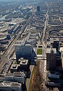 Nederland, Zuid-Holland, Den Haag, 20-03-2009. Haagse Poort, het gebouw van verzekeraar Nationale Nederlanden, gebouwd over de toegangsweg naar het centrum van Den Haag. Deze weg, de Utrechtsebaan, heeft hier een overkluizing. De Schenkkade gaat over deze weg en als Schenkviaduct over de sporen die leiden naar Station Den Haag Centraal. De andere spoorlijn, naar boven, loopt naar Station Hollands Spoor, dit station ligt naast het zwarte woongebouw 'het Strijkijzer'aan het Rijswijkeplein. Links hiervan, met water, het Laakkwartier. View on The Hague. The high rise of insurance company Nationale Nederlanden is built like on arch over the access road of The Hague. The railway is running to the station Hollands Spoor, next to the Flat Iron Building, a housing tower..Swart collectie, luchtfoto (toeslag); Swart Collection, aerial photo (additional fee required); .foto Siebe Swart / photo Siebe Swart