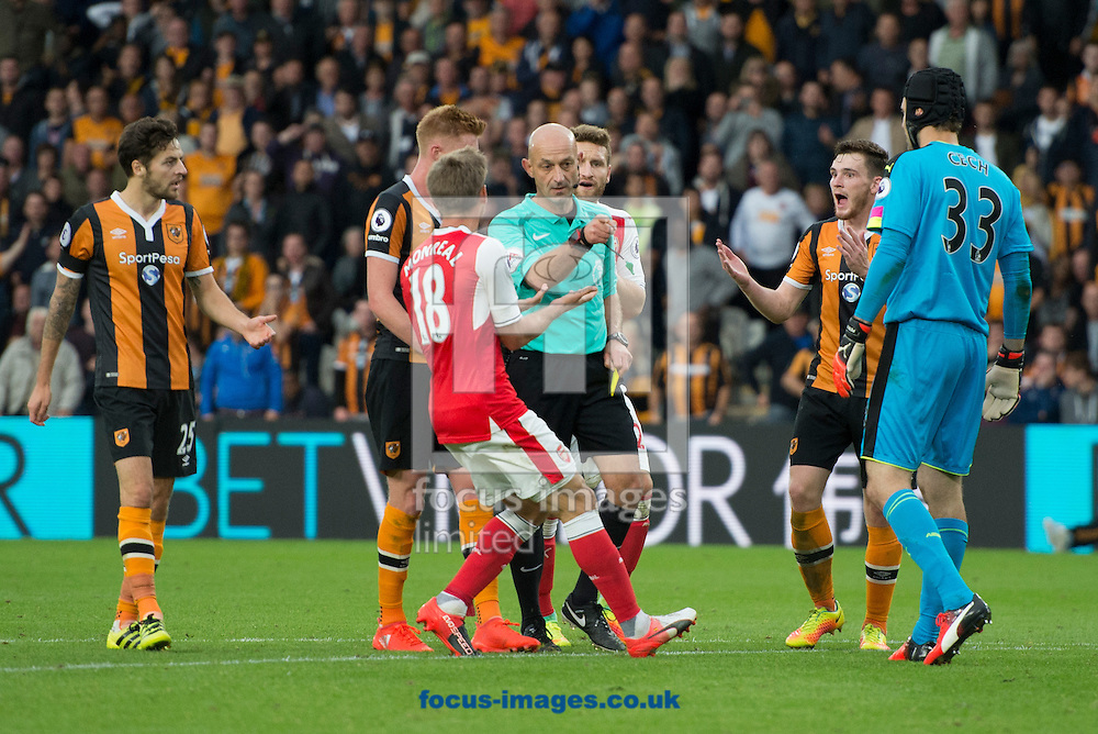Referee Roger East awards a penalty to Hull City during the Premier League match at the KCOM Stadium, Hull<br /> Picture by Russell Hart/Focus Images Ltd 07791 688 420<br /> 17/09/2016