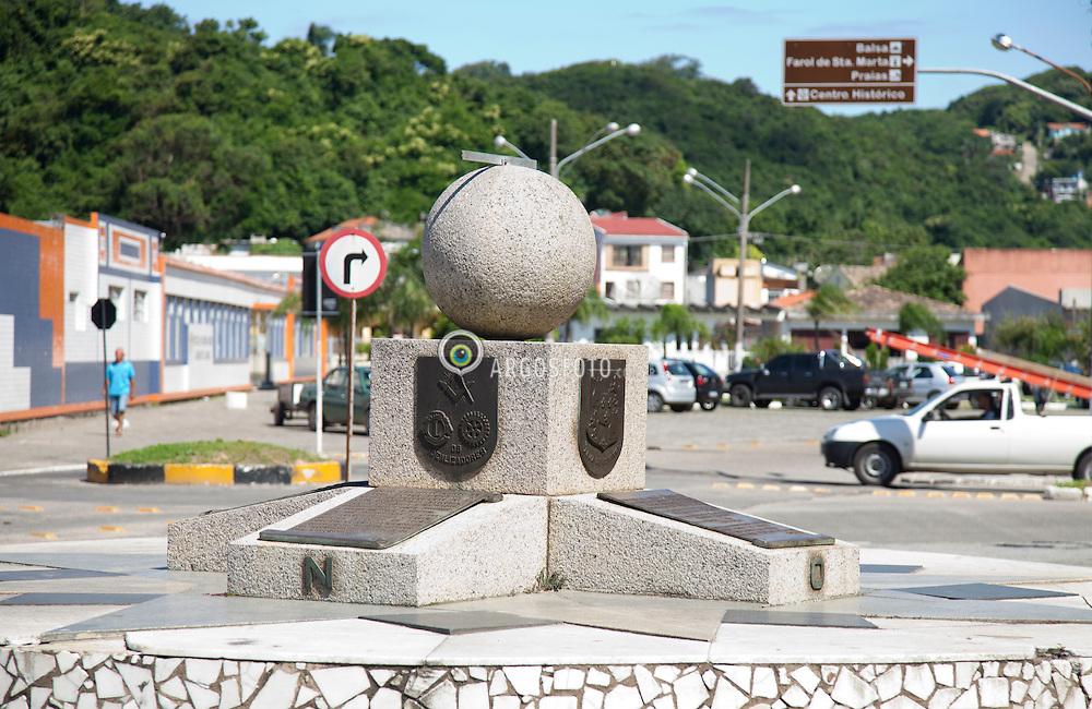 Monumento construido para lembrar o Tratado de Tordesilhas, firmado entre Portugal e Espanha, em 7 de junho de 1494. Assim passariam a pertencer a Espanha (Reino de Castela e Aragao) todas as terras e ilhas situadas ao Norte da linha meridional, a 370 leguas a Oeste de Arquipelago de Cabo Verde, e as terras fora dessa determinacao pertenceriam a Portugal. A linha do meridiano passa em Belem do Para ao Norte, e Laguna ao Sul. Sendo assim, no centro de Laguna foi construido um monumento ao Tratado./Monument built to commemorate the Treaty of Tordesillas, signed between Portugal and Spain on June 7, 1494. So they would belong to Spain (Kingdom of Castile and Aragon) all lands and islands situated north of the southern line, 370 leagues west of Cape Verde Archipelago, and the land outside this determination would belong to Portugal. The meridian line passes in Belem in the North and the South Laguna Thus, in the center of Laguna was built a monument to the Treaty.