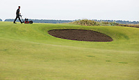 ST. ANDREWS -Schotland-GOLF. maaien op de Old Course. COPYRIGHT KOEN SUYK