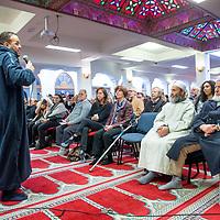 Nederland, Amsterdam, 5 maart 2017.<br /> Op zondag 5 maart om 14.00 uur organiseren het Comit&eacute; 21 maart en het Collectief Tegen Islamofobie en Discriminatie een solidariteitsbijeenkomst in de Grote Moskee van Amsterdam aan de Weesperzijde 76. Iedereen is uitgenodigd om zijn solidariteit met moslims te tonen. In het huidige politieke klimaat is de rechtsstaat onder druk komen te staan en biedt zij volgens meerdere partijen niet aan alle burgers gelijke bescherming. Daarom zullen we samen een geluid laten horen tegen de haatzaaiende verhalen en met zoveel mogelijk verschillende mensen solidariteit tonen met moslims. Dit is hard nodig omdat zij vaak niet alleen doelwit voor extreem-rechts zijn, maar ook voor religieus extremisme. <br /> De islam en moslims worden vandaag de dag over het hele politieke spectrum geproblematiseerd en dat zorgt voor een gevoel van angst en onveiligheid. Op deze dag komen organisaties die zich inzetten voor de rechten van vrouwen en homo's, tegen anti-zwart racisme en islamofobie, vakbonden en migrantenorganisaties samen om deze angst te vervangen door binding en inclusiviteit. Naast het tonen van solidariteit willen de organisaties iedereen oproepen om naar de stembus te gaan en actief deel te nemen aan het publieke debat. <br /> Gespreksleider is: Yassin El Forkani (Jongerenimam)<br />  <br /> <br /> Foto: Jean-Pierre Jans