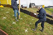 Nederland, Nijmegen, 13-2-2013In opdracht van Rijkswaterstaat vindt op een stuk dijk een proef plaats om een test te ontwikkelen die de sterkte en conditie van de dijk kan vaststellen. De golfoverslag die bij combinaties van storm en een hoge waterstand kan optreden wordt gesimuleerd door de grote bak waarin binnen enkele minuten tot 5500 liter water gepompt kan worden. Dat wordt uitgestort over een strook dijklichaam om te kijken hoe snel de grasmat gaat eroderen, slijten, wegspoelen. De uitkomsten worden gebruikt bij de ontwikkeling van de dijken apk, die vanaf 2017 verplicht wordt voor de primaire waterkeringen. Rijkswaterstaat werkt hierin samen met het waterschap rivierenland en onderzoeksinstituut Deltares.Foto: Flip Franssen/Hollandse Hoogte