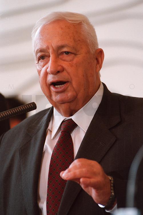 06.01.1999, Deutschland/Bonn:<br /> Ariel Sharon, Außenminister Israel, während einer Pressekonferenz anläßlich eines ersten Meinungsaustausches, Weltsaal, Auswärtiges Amt<br /> Ariel Sharon, Minister for Foreign Affairs of Israel, during a press conference, Weltsaal, Ministry of Foreign Affairs<br /> IMAGE: 19990106-01/01-28