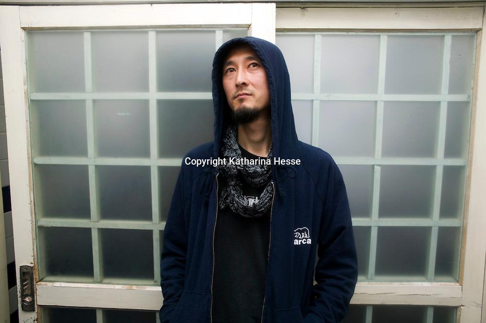 """BEIJING, APRIL 7,2011: Tonkuenstler Yang Licai im Pekinger Stadtteil Songzhuang nach einem Interview . Yang sagt, AWW haette ein """" Fenster"""" in China geoeffnet."""