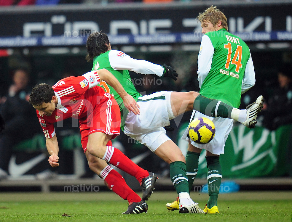 FUSSBALL  1. BUNDESLIGA   SAISON 2009/2010  19. SPIELTAG SV Werder Bremen - FC Bayern Muenchen              23.01.2010   Mark VAN BOMMEL (li, Bayern) gegen Hugo ALMEIDA (Mitte) und Aaron HUNT (re, Bremen)