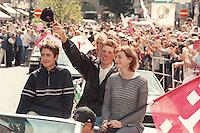 03.08.1998, Germany/Bonn:<br /> Jan Ullrich, Radsportler, Team Deutsche Telekom, mit Freundin/Frau nach Tour de France im Wagenkorso auf dem Weg zum Bonner Rathaus<br /> Image: 19980803-01/01-08