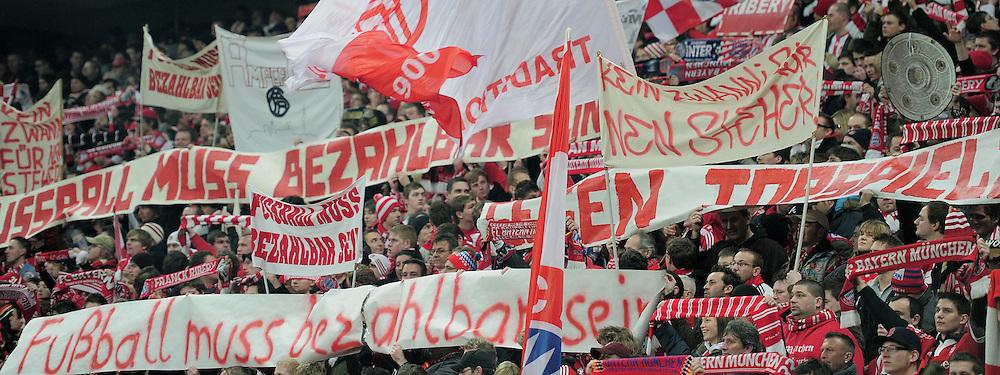 Fussball 1. Bundesliga :  Saison   2010/2011   24. Spieltag  26.02.2011 FC Bayern Muenchen - Borussia Dortmund FC Bayern Fans mit Plakaten gegen zu hohe Eintrittspreise fuer Stehplatze