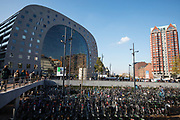 In Rotterdam zijn de fietsenrekken voor de Markthal, het gecombineerde woon- en winkelcomplex, overvol.<br /> <br /> Bike racks in front of the Market Hall, a combined office and residential building, in Rotterdam are full.