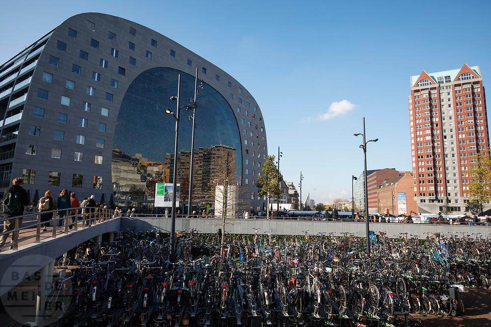 In Rotterdam zijn de fietsenrekken voor de Markthal, het gecombineerde woon- en winkelcomplex, overvol.<br /> <br /> Bike racks in front of the Market Hall, a combined office and residential building, in Rotterdam are full.