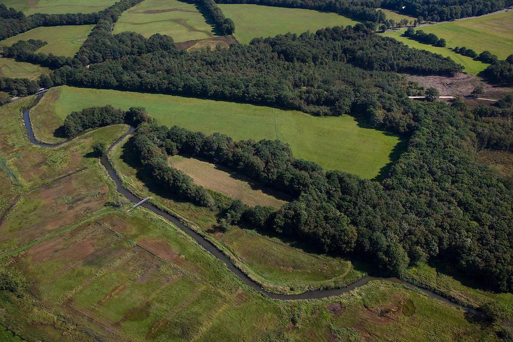 Nederland, Drenthe, Gemeente Vries, 08-09-2009; stroomdal of beekdal van de  Drentsche Aa met meanderende beek, de plaatselijk naam is Oudemolensche Diep.  Het stelsel van beken zorg voor goede (naturlijke) afwatering. Drentse Aa maakt deel uit van Nationaal beek- en esdorpenlandschap Drentsche Aa (Nationaal Park en Nationaal Landschap)..Brook or stream valley of the Aa Drentsche with meandering stream. The system of streams ensure proper (natural) drainage. The region is both a national park and national landscape.luchtfoto (toeslag); aerial photo (additional fee required); .foto Siebe Swart / photo Siebe Swart