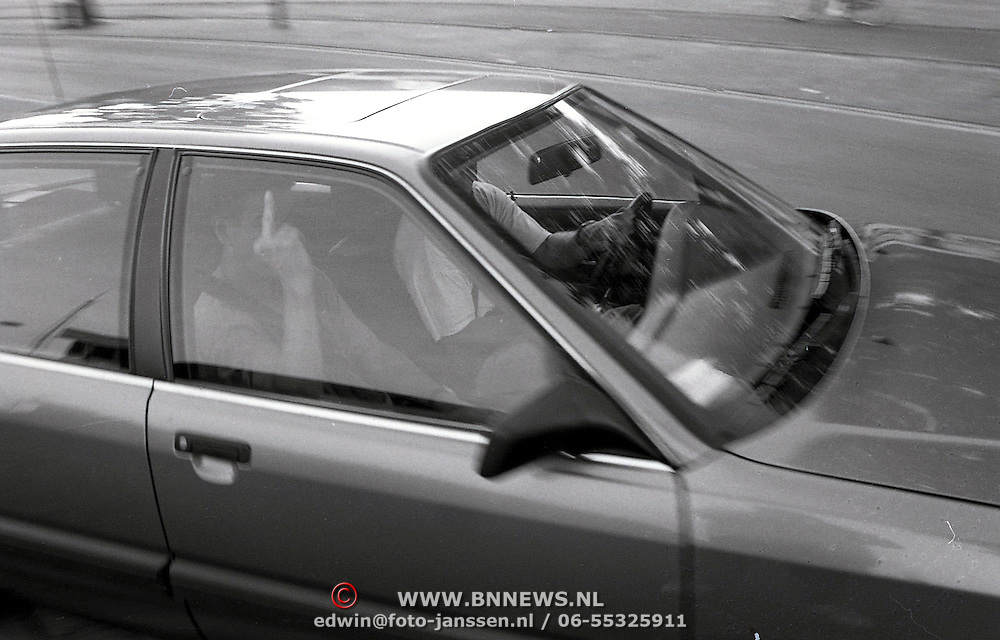NLD/Huizen/19930607 - Arrestatie verdachte Piet B. in Huizen door arrestatieteam voor de AH Oosterbeek moorden en overval, politieagent arrestatieteam steekt een middelvinger op