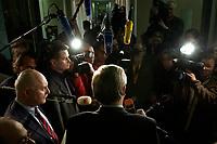 10 DEC 2003, BERLIN/GERMANY:<br /> Roland Koch, CDU, Ministerpraesident Hessen, im Gespraech mit Journalisten, waehren der Sitzung des Vermittlungsausschusses, Bundesrat<br /> IMAGE: 20031210-01-067<br /> KEYWORDS: Journalist, Kamera, Camera, Mikrofon, microphone, Ruecken, Rücken