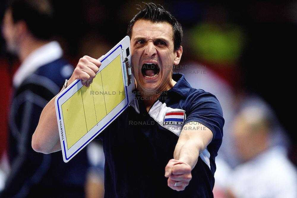 08-01-2016 TUR: European Olympic Qualification Tournament Nederland - Italie, Ankara<br /> De volleybaldames hebben op overtuigende wijze de finale van het olympisch kwalificatietoernooi in Ankara bereikt. Italië werd in de halve finales met 3-0 (25-23, 25-21, 25-19) aan de kant gezet / Coach Giovanni Guidetti