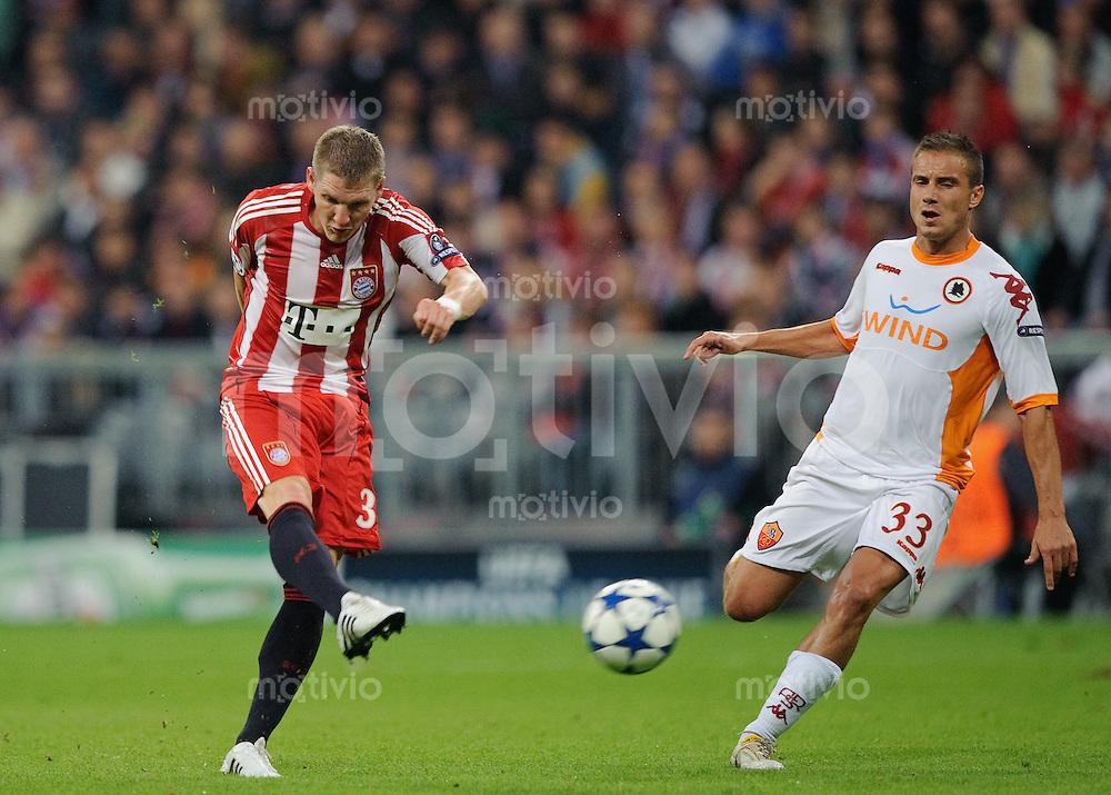 Fussball Uefa Champions League 2010/2011 FC Bayern Muenchen - AS Rom Bastian SCHWEINSTEIGER (FCB, l) gegen Matteo BRIGHI (Roma).
