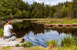 THEMENBILD - eine Frau sitzt am Ufer des Biotop und Naturdenkmals Alter See, aufgenommen am 20. Mai 2017 in Tristach, Österreich // A woman is sitting on the shore at the biotope and natural monument Alter See near the Tristachersee on 2017/05/20, Tristach, Austria. EXPA Pictures © 2017, PhotoCredit: EXPA/ JFK