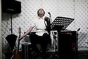 """Fausto Bordalo Dias em composicao e gravacao do album """"Em Busca das Montanhas Azuis""""..O album marca o final da trilogia iniciada nos anos 80. .Momento de ensaio no estudio do templo Hindu de Lisboa."""