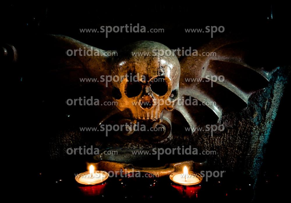 30.08.2010, Kirche, Mariapfarr, AUT, Mariapfarr, im Bild ein Weihwasserbecken mit einer Totenkopf Skulptur und brennenden Kerzen in der katholischen Kirche Mariapfarr, english: Bowl of holy water with a skull sculpture and candles in the Catholic church of Mariapfarr in Austria/Lungau, EXPA Pictures © 2010, PhotoCredit: EXPA/ J. Feichter