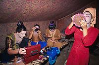 Pakistan - Hijra, les demi-femmes du Pakistan - Hijra qui se prepare pour danser en public. // Pakistan. Punjab province. Hijra, the half woman of Pakistan. A Hijra is preparing herself beore going to dance.