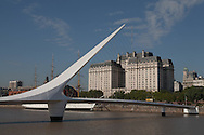 Argentina. Buenos Aires. MUJER bridge in the new trendy area , the docks. PUERTO MADEIRO the old recycled docks have turned into the trendiest urban project  Buenos Aires -    / pont de la MUJER dans nouveau quartier mode des docks  Buenos Aires - Argentine  R042