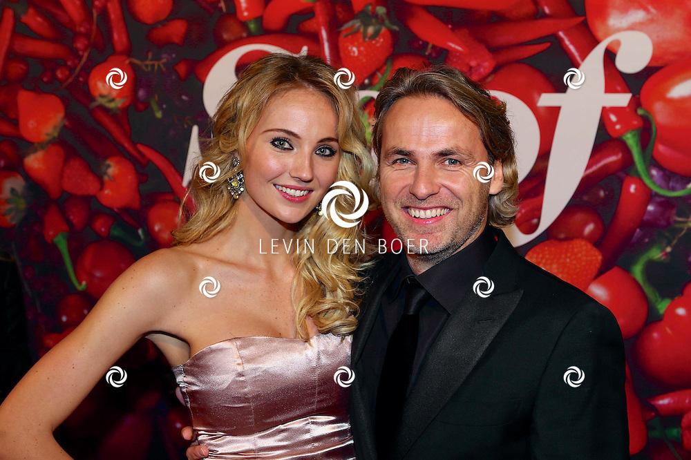 AMSTERDAM - De premiere van de Nederlandse speelfilm Soof. Met hier op de rode loper  John Ewbank met zijn partner Kelly Weekers. FOTO LEVIN DEN BOER - PERSFOTO.NU