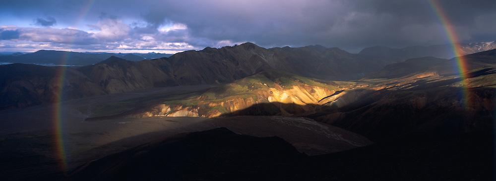 Islande. Montagne a Landmannalaugar. Arc-en-ciel. // Iceland. Mountains at Landmannalaugar. Rainbow.