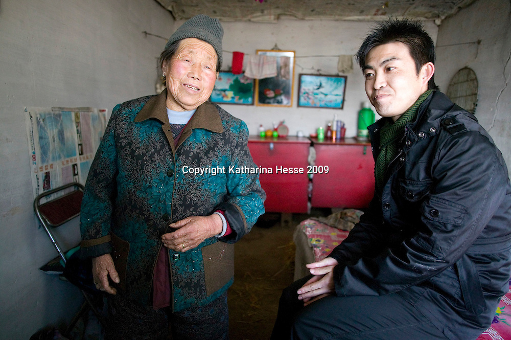 NORTHERN HEBEI PROVINCE, JANUARY 26, 2009:<br /> Mr Lu, a textile worker in Beijing, tells his grandmother of his recent experiences in China's capital.<br /> Lu went to Beijing 8 years ago as he couldn't find a job in China's countryside.<br /> He was employed in a textile factory that went banctrupt last October. Lu and his 63 colleagues were still owed payment for 4 months, but their boss refused to pay them. They didn't know the law, nor did any of them have a contract.  <br /> At the end of January, Lu and his co-workers went to see the bosses' mother to negociate, then the union and in the end the government. They were threatened with jail . At the end of the day , a man from the union came by ( on behalf of the government )and all but an underaged worker received their due salaries.<br /> Now Lu is unemployed like 20 milion other migrant workers in China who have been laid off as a result of the financial crisis.<br /> <br /> <br /> China's Communist Party  which will celebrate its 60th anniversary in October, currently faces its biggest challenge since the beginning of the economic reforms 30 years ago  : &quot; The phase of  rapid economic growth is over. For the first time the government is threatened with a  mistrust of a wide section of the population&quot;, warns the Communist party's Shang Dewen in Beijing.   <br /> Not only the China's poorest worry about the furture, but as well China's middle class is concerned about the crisis.     1,5 Millionen university graduates didn't find a job until the end of 2008  and this summer there'll be an additional  6,1 Million new graduates. More than 12 percent of university graduates face unemployment in 2009.