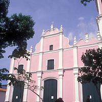 Mujer sentada en la plaza frente a Iglesia de Petare o Dulce Nombre de jesús, Petare, Estado Miranda, Venezuela