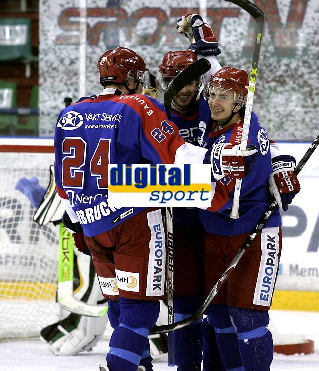 Ishockey<br /> GET-Ligaen<br /> 18.12.07<br /> Jordal Amfi<br /> V&aring;lerenga VIF - Comet Halden<br /> Johnny Bruun jubler for den avgj&oslash;rende 3-2 scoringen i sudden death med david Nystr&oslash;m og Kevin Bolibruck<br /> Foto - Kasper Wikestad