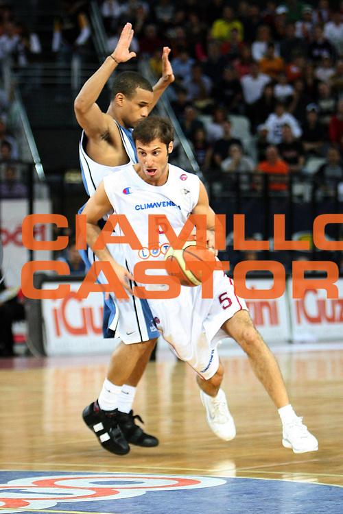 DESCRIZIONE : Roma Lega A1 2005-06 Lottomatica Roma-Carpisa Napoli<br /> GIOCATORE : Giachetti<br /> SQUADRA : Lottomatica Virtus Roma<br /> EVENTO : Campionato Lega A1 2005-2006 <br /> GARA : Lottomatica Virtus Roma Carpisa Napoli<br /> DATA : 07/05/2006 <br /> CATEGORIA : Palleggio entrata<br /> SPORT : Pallacanestro <br /> AUTORE : Agenzia Ciamillo-Castoria/E.Castoria