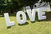 Bruiloft Rob Geus en Suzanne Ozek op Kasteel de Hoogenweerth in Maastricht<br /> <br /> Op de foto: LOVE