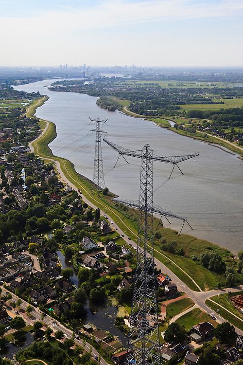 Nederland, Zuid-Holland, Nieuw-Lekkerland 23-05-2011; monumentale hoogspanningsmasten naast rivier de Lek.Monumental high voltage pylons beside the River Lek. luchtfoto (toeslag), aerial photo (additional fee required).copyright foto/photo Siebe Swart