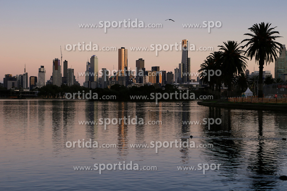 20.03.2016, Albert Park Circuit, Melbourne, AUS, FIA, Formel 1, Grand Prix von Australien, Rennen, im Bild The Melbourne skyline at sunrise // during Race for the FIA Formula One Grand Prix of Australia at the Albert Park Circuit in Melbourne, Australia on 2016/03/20. EXPA Pictures &copy; 2016, PhotoCredit: EXPA/ Sutton Images/ Gasperotti/<br /> <br /> *****ATTENTION - for AUT, SLO, CRO, SRB, BIH, MAZ only*****