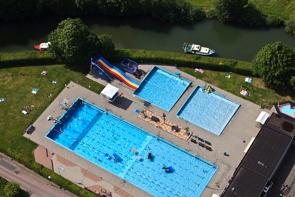 Nederland, Utrecht, Montfoort, 23-05-2011;.Zwembad Knopenbad aan de Hollandse IJssel in Montfoort. Swimming pool along the river. luchtfoto (toeslag), aerial photo (additional fee required).copyright foto/photo Siebe Swart