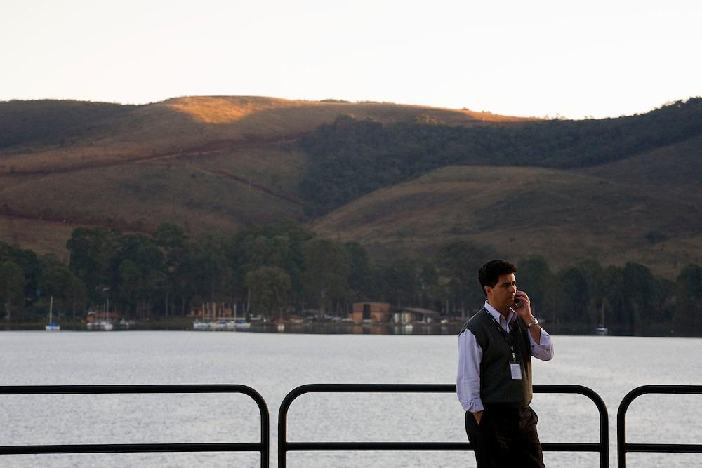 Nova Lima_MG, Brasil...Executivo conversando no telefone no Alphaville proximo a Lagoa dos Ingleses, Minas Gerais...A business man talking in a phone in Alphaville next to Ingleses Lake, Minas Gerais...Foto: BRUNO MAGALHAES / NITRO