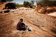 Turkana kvinde henter vand i udtørret flodleje.