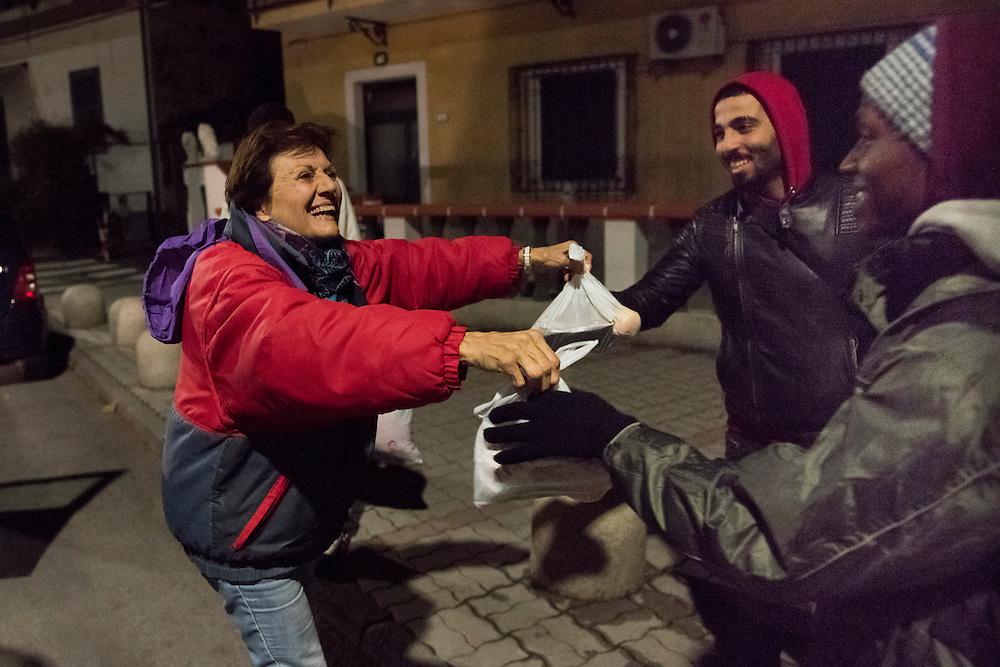 November 8, 2016 - Ventimiglia, Italy: Gisele, 71, distributes meals to migrants. Gisele and her husband Jean-Pierre, are members of a network that help migrants.  <br /> <br /> 8 novembre 2016 - Vintimille, Italie: Gisele, 71 ans, distribue des repas aux migrants. Gisele et son mari Jean-Pierre, sont membres d'un r&eacute;seau d'aide aux migrants.