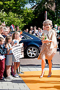 Koningin Maxima geeft in Urk het startsein voor Burendag, dat dit jaar op zaterdag 24 september plaatsvindt. Tijdens Burendag organiseren wijkbewoners activiteiten die het contact tussen mensen in de buurt bevorderen. <br /> <br /> Queen Maxima gives in Urk launched Neighbours' Day, which this year takes place on Saturday 24th September. During Neighbours' Day organizing residents activities that promote contact between people in the neighborhood.<br /> <br /> Op de foto / On the photo: Arrival Queen Maxima / Aankomst Koningin Maxima