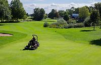 ELST - greenkeeper, hole 11 met clubhuis. Golfbaan Landgoed Welderen. COPYRIGHT  KOEN SUYK