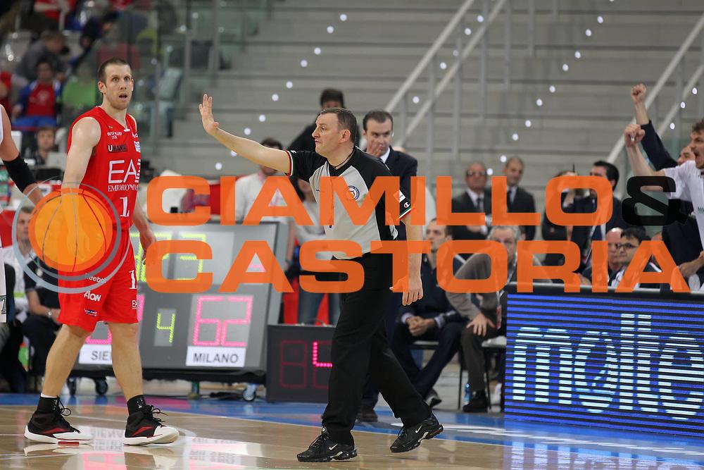 DESCRIZIONE : Torino Coppa Italia Final Eight 2012 Semifinale Montepaschi Siena EA7 Emporio Armani Milano<br /> GIOCATORE : Fabio Facchini<br /> SQUADRA : AIAP<br /> EVENTO : Suisse Gas Basket Coppa Italia Final Eight 2012<br /> GARA : Montepaschi Siena EA7 Emporio Armani Milano<br /> DATA : 18/02/2012<br /> CATEGORIA : arbitro referees<br /> SPORT : Pallacanestro<br /> AUTORE : Agenzia Ciamillo-Castoria/ElioCastoria<br /> Galleria : Final Eight Coppa Italia 2012<br /> Fotonotizia : Torino Coppa Italia Final Eight 2012 Semifinale Montepaschi Siena EA7 Emporio Armani Milano<br /> Predefinita :
