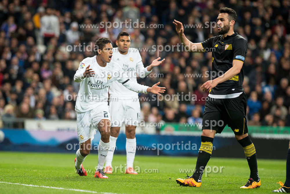 20.03.2016, Estadio Santiago Bernabeu, Madrid, ESP, Primera Division, Real Madrid vs Sevilla FC, 30. Runde, im Bild Real Madrid's Raphael Varane and Carlos Henrique Casemiro protesting the referee after a penalty whistle // during the Spanish Primera Division 30th round match between Real Madrid and Sevilla FC at the Estadio Santiago Bernabeu in Madrid, Spain on 2016/03/20. EXPA Pictures &copy; 2016, PhotoCredit: EXPA/ Alterphotos/ Borja B.Hojas<br /> <br /> *****ATTENTION - OUT of ESP, SUI*****