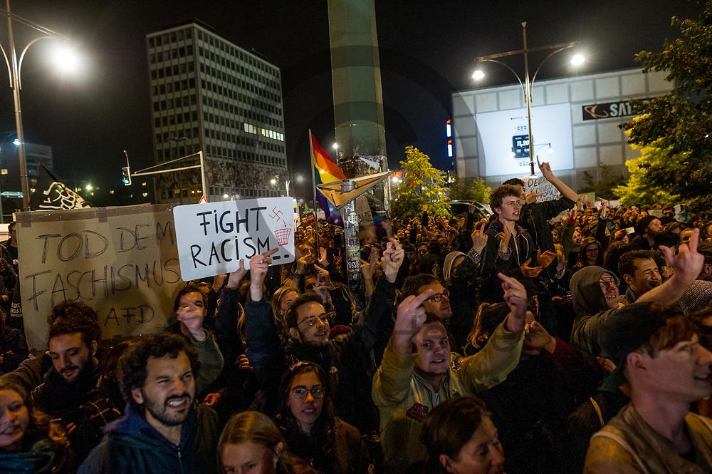 Deutschland, Berlin - 24.09.2017<br /> <br /> Demonstranten vor dem Club. Mehr als 1000 Menschen demonstrieren vor einem Club in Berlin in dem die AfD ihre Wahlparty veranstaltet.<br /> <br /> Germany, Berlin - 24.09.2017<br /> <br /> Demonstrators in front of the club. More than 1000 people demonstrate in front of a club in Berlin, where the AfD is organizing its election party.<br /> <br />  Foto: Markus Heine<br /> <br /> ------------------------------<br /> <br /> Ver&ouml;ffentlichung nur mit Fotografennennung, sowie gegen Honorar und Belegexemplar.<br /> <br /> Bankverbindung:<br /> IBAN: DE65660908000004437497<br /> BIC CODE: GENODE61BBB<br /> Badische Beamten Bank Karlsruhe<br /> <br /> USt-IdNr: DE291853306<br /> <br /> Please note:<br /> All rights reserved! Don't publish without copyright!<br /> <br /> Stand: 09.2017<br /> <br /> ------------------------------