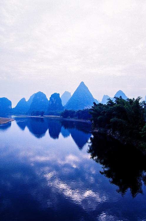 Li Jiang (Li River) at Yangshuo (near Guilin), Guangxi region, southern China
