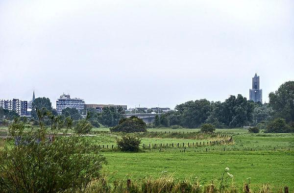 Nederland, Arnhem, 9-7-2014Dit gebied ten zuiden van de rijn, meinerswijk, is een groot natuur en recreatiegebied. Ook wordt het gebruikt en aangepast met een geul, nevengeul, om bij hoogwater het water uit de rivier beter te laten doorstromen, afvoeren. Room, space for the river. Prevent the river from flooding. Reducing the level, waterlevel,the,netherlands,holland,rhine,measures.FOTO: FLIP FRANSSEN/ HOLLANDSE HOOGTE