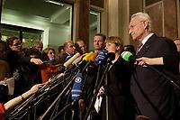 15 DEC 2003, BERLIN/GERMANY:<br /> Guido Westerwelle, FDP Bundesvorsizender, Angela Merkel, CDU Bundesvorsitzende, und Edmund Stoiber, CSU, Ministerpraesident Bayern, (v.L.n.R.), spiegeln sich in einem runden Spiegel an der Decke der Wandelhalle, waehrend der Pressekonferenz zu den Ergebnissen der Sitzung des Vermittlungsausschusses, Bundesrat<br /> IMAGE: 20031215-01-016<br /> KEYWORDS: Pressestatement, Mikrofon, microphone, Journalist, Journalisten