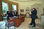 PRESIDENT BUSH AND VP CHENEY POSE WITH WHITE HOUSE PHOTOGRAPHERS ERIC DRAPER, PAUL MORSE AND DAVID BOHRER IN THE OVAL OFFICE. THEY ARE PHOTOGRAPHED BY DAILY NEWS PHOTOGRAPHER JOHN MCCOY.