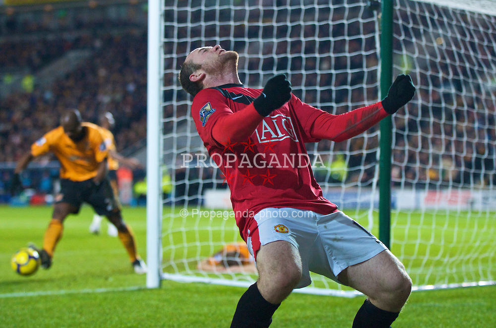 HULL, ENGLAND - Sunday, December 27, 2009: Manchester United's Wayne Rooney celebrates scoring the second goal against Hull City during the Premiership match at the KC Stadium. (Photo by David Rawcliffe/Propaganda)
